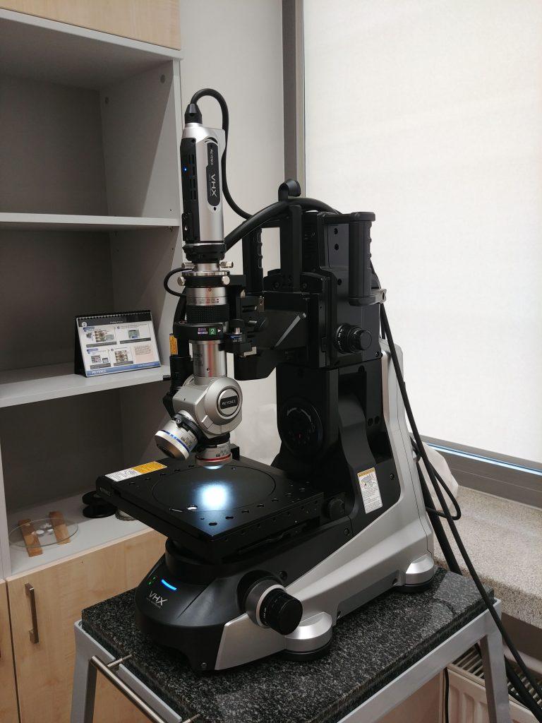 Mikroskop cyfrowy Keyence7000. Jego możliwości wprawiają nas w zachwyt... Potrafi m. in. wykonać serię zdjęć zszywając je w jedno zdjęcie całej próbki czy też odtworzyć geometrię 3D analizowanej płaszczyzny! Mamy wrażenie, że do tej pory odkryliśmy 1% jego możliwości.